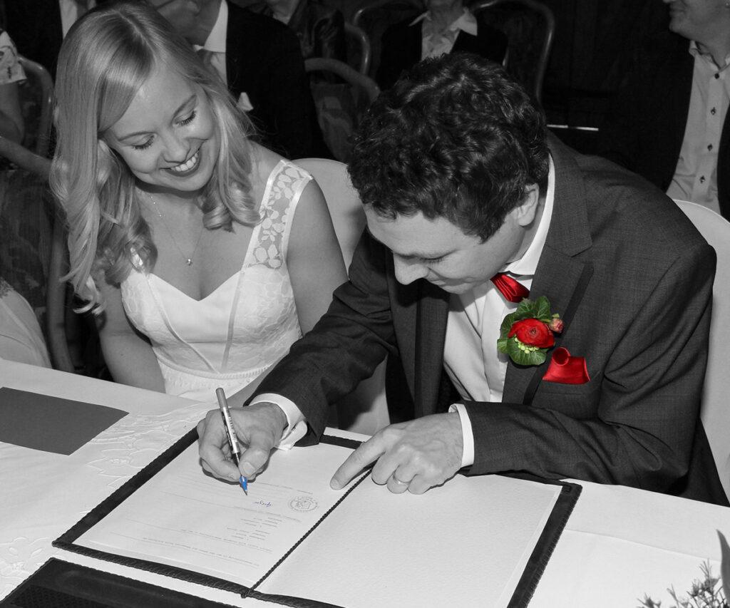 Fotograf Beckum Hochzeit Unterschrift Urkunde